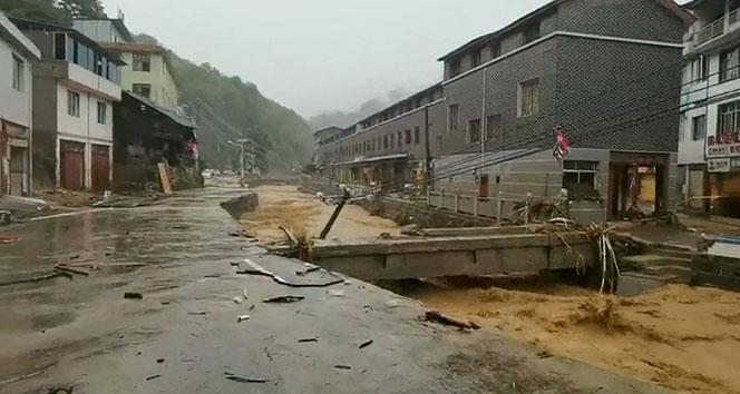 Çin'de bin yılın en şiddetli yağmuru nedeniyle yeraltı treni suyla doldu